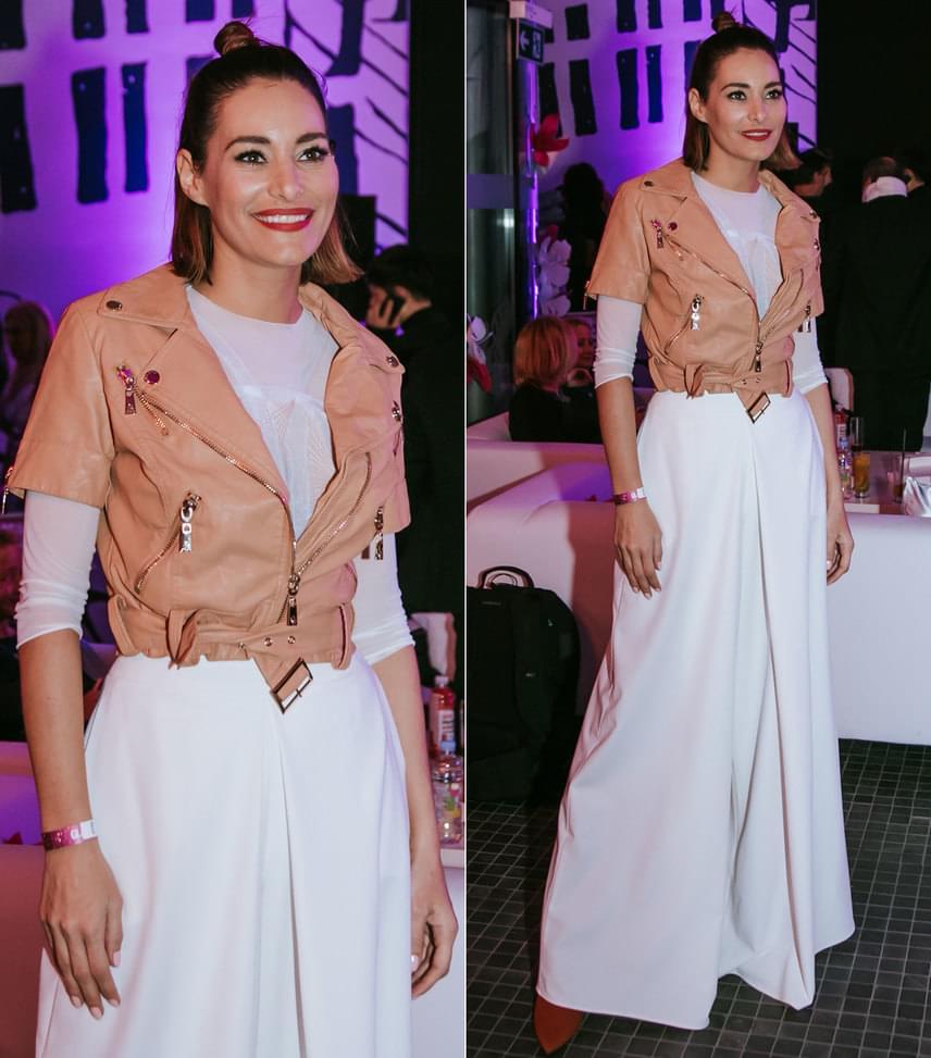 Görög Zita  A műsorvezető ötvözte az eleganciát a vagánysággal: a hófehér, földig érő ruhához egy barackos árnyalatú bőrkabátot húzott.