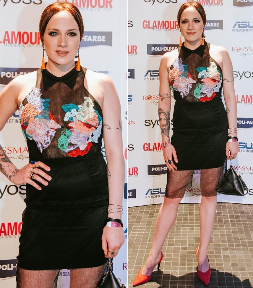 Tóth Gabi                         Az év énekesnője díj nyertese egy fekete, testhezálló, tavaszi színekkel feldobott Sármán Nóra kreációban vette át az elismerést.