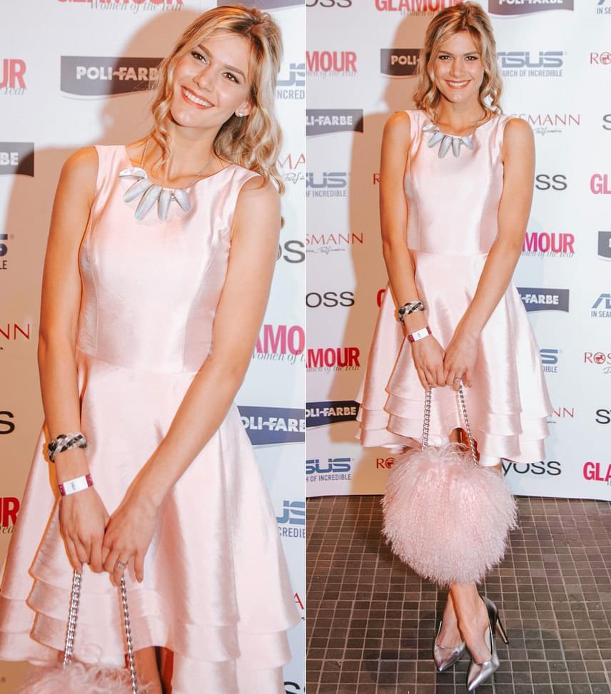 Weisz Fanni                         Az Art'z Modell egy púderszínű koktélruhájában jelent mag a Glamouron. A Nini Molnar Bags táska és a Cango & Rinaldi nyakék nagy kedvencünk volt.