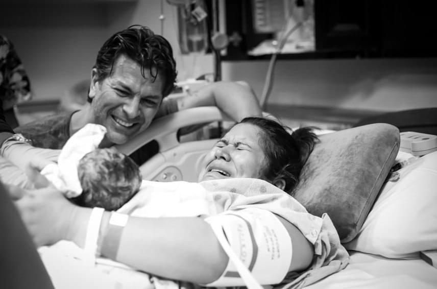 Édesek azok az örömkönnyek, amelyek ezekben a pillanatokban gördülnek végig egy anya és egy apa arcán.