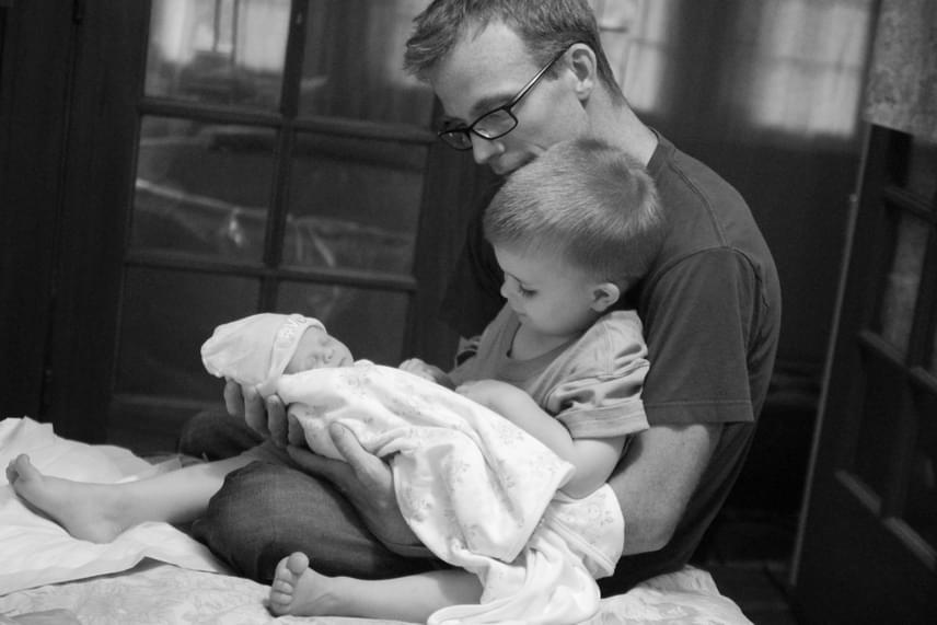 Ő itt a kistestvéred - mondhatta az apa a fiának. Ezeket a pillanatokat bizonyára soha nem fogják elfelejteni.