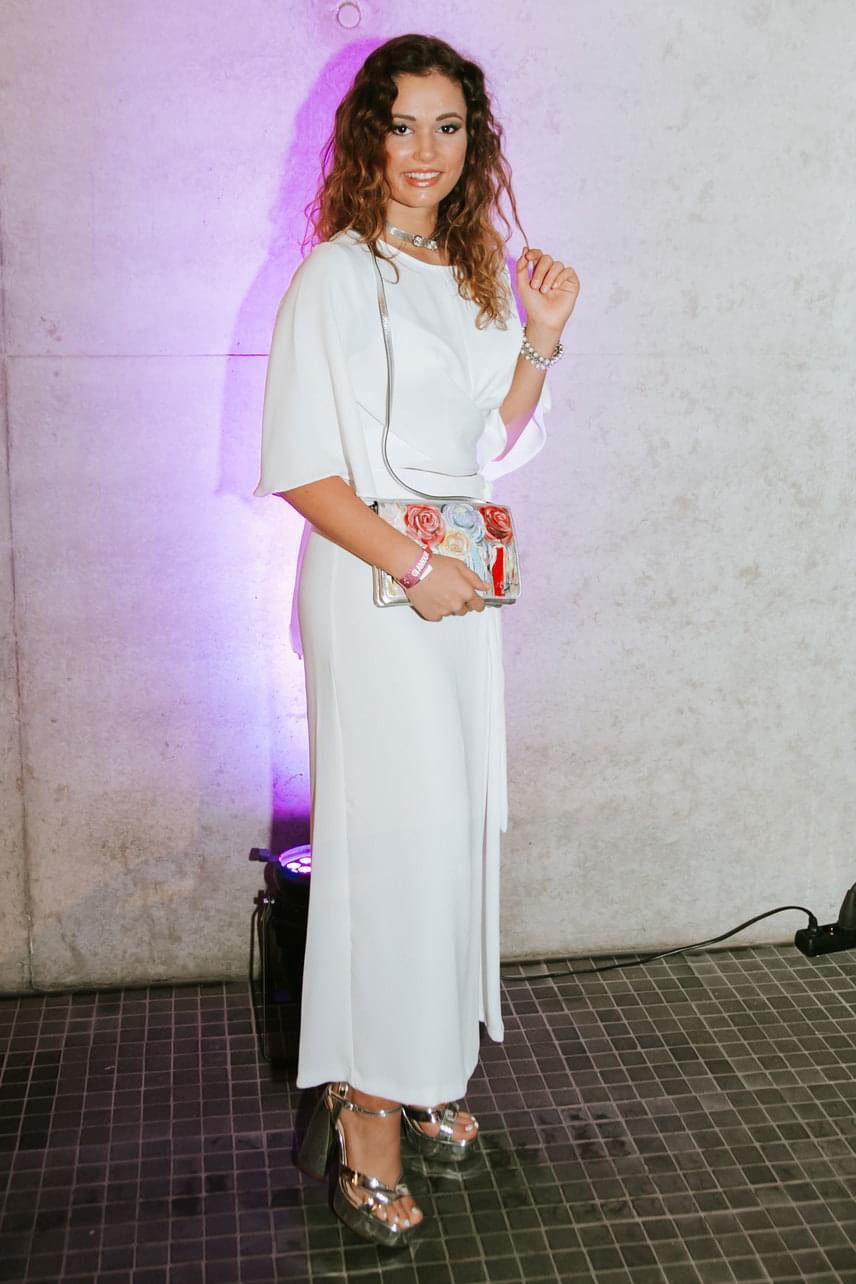 Galambos Boglárka lenyűgözően festett hófehér ruhájában, amelyhez ezüst kiegészítőket választott.