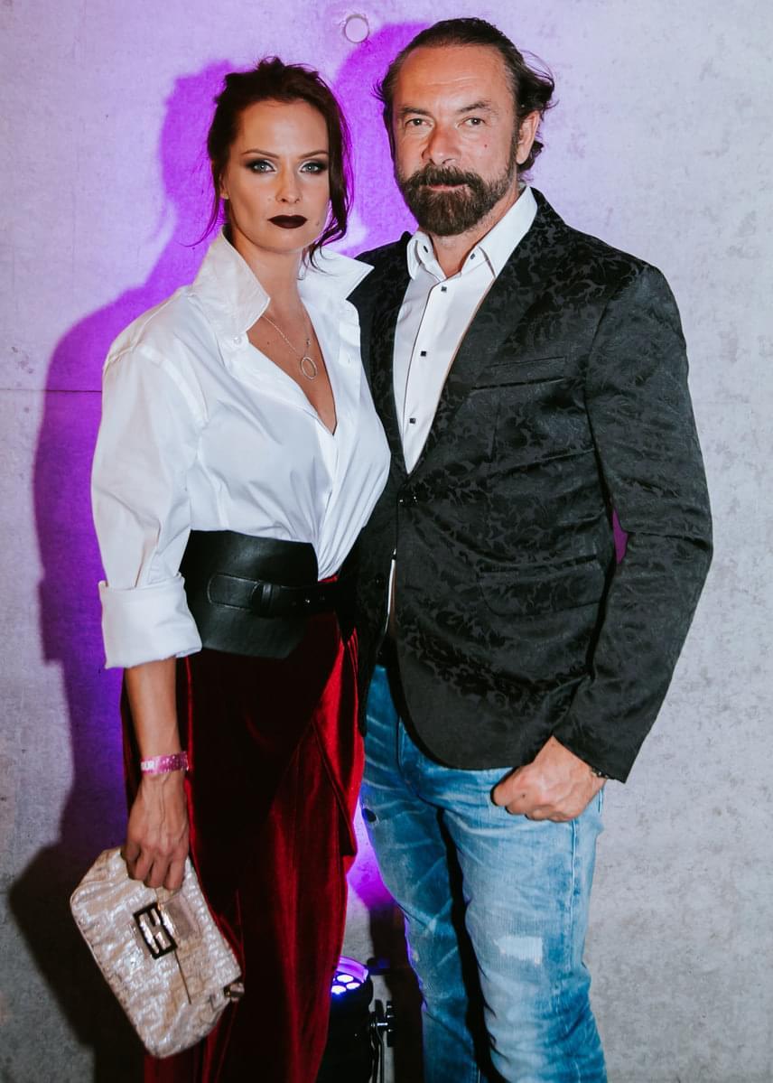 Zsidró Tamás büszkén pózolt szerelmével, a dögös Dobó Katával, aki a színésznő kategória győztese lett a Glamour-díjkiosztón.