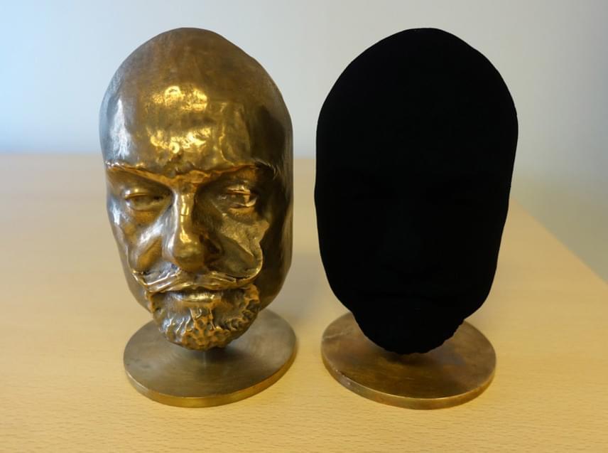 A legfeketébb feketével kezelt szobor is ugyanolyan volt, mint a bal oldalon látható fej. Mivel az anyag majdnem teljesen elnyeli a fényt, a jobb oldali alkotásnak csak a körvonalai látszódnak, a domborulatai nem.