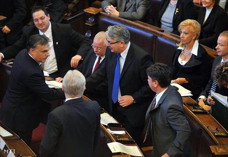 Orbán Viktor kezet fog Pesti Imrével, mellettük jobbra Csomós Miklós, balra Bagdy Gábor az új főpolgármester-helyettesek