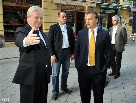 Tarlós István fogadja Orbán Viktort az Újvárosháza épülete előtt