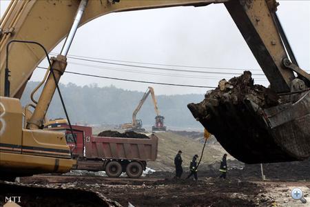 Munkagépek dolgoznak a falut védő töltés megerősitésén