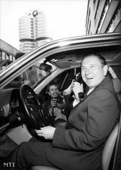 Grósz Károly a Minisztertanács elnöke a hivatalos NSZK-beli látogatása során, mosolyog egy BMW személygépkocsi volánja mögött ülve