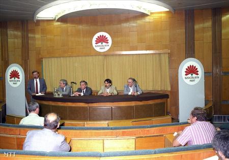 1990. május 27. Az MSZP II. kongresszusát követő nemzetközi sajtótájékoztató