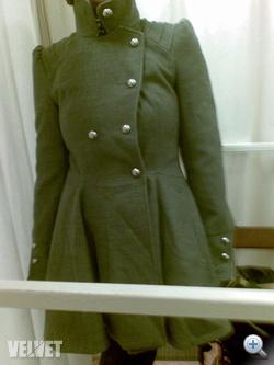 Renoválás: mellben szűk szürke kabát 5800 forint.