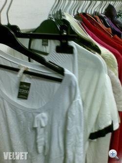 Maggie's: színek szerint rendezett ruhasorok.