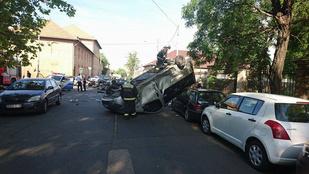 Parkoló autókba csapódott egy mikrobusz a IX. kerületben