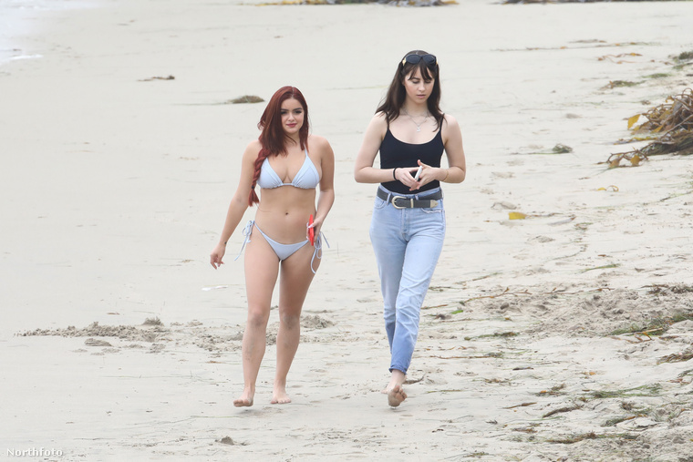 A fiatal színésznő egy kétrészes, szürke bikiniben sétált a tengerparton ezen az ünnepi hétfői napon egy barátjával.