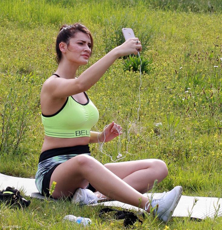 Mielőtt belekezdene a megterhelő edzésbe, természetesen kell egy szelfi az Instagramra.Meg egy Facebookra, Twitterre és a haveroknak is