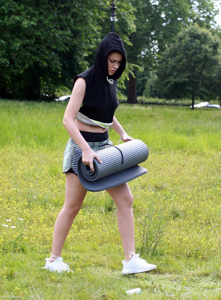 Újabb fotósorozatot készítettek Viviana Rossról, akit most egy londoni parkban, jógázás közben lestek meg a paparazzók