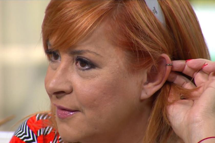 Szulák Andrea megmutatta fülpiercingjét.