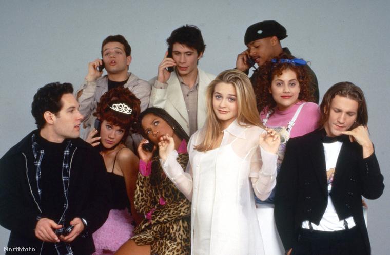 Emlékeznek még az 1995-ös filmre, ami egy gazdag és elkényeztetett gimis lány kalandjairól szól, amint igyekszik népszerűvé tenni egy tramplinak beállított új diáklányt, közben szerelembe esik, és így tovább?