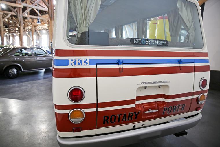 ...hanem az, amire az RE13 típusjelzés és a méretes Rotary Power felirat is utal: ebben a dög nagy buszban egy aktatáskányi méretű, kéttárcsás Wankel motor dolgozik.Állítólag a 135 lóerős bolygódugattyússal korának leggyorsabb buszai közé tartozott – ezt azért freyék árnyalták