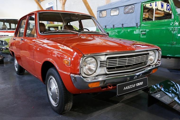 A Mazda 1300 távoli rokona a mai Mazda 3-aknak, a régebbi 323-aknak