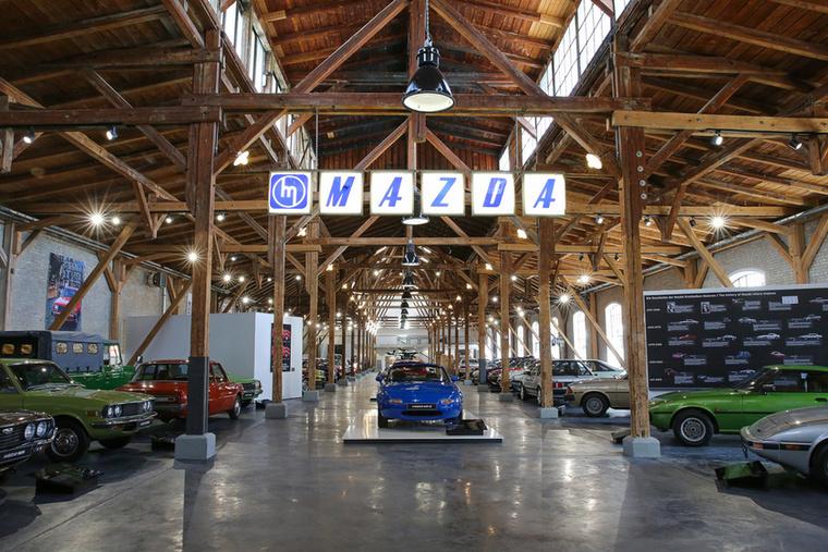 A bejáratnál in medias res belecsapunk a lecsóba, de érdemes kis önuralmat tanúsítani és a hatvanas évek elejétől a hetvenesek végéig használt Mazda logó alatt elsétálni a gyönyörűen kipofozott augsburgi villamosremíz túlsó végéig