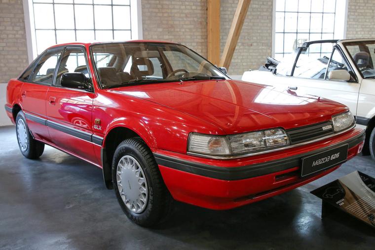 Ez egy olyan 626-os Mazda, ami talán nem is illene, hogy létezzen
