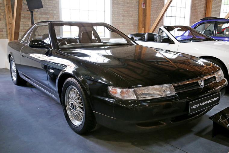 Ez a nem túl látványos Eunos Cosmo volt az egyik autó, amire a leginkább kíváncsi voltam a kiállított tárgyak közül