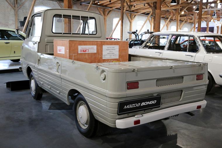 Mivel a Bongo farmotoros, hátulról – hasonlóan a VW T1-T2-T3 Transporterekhez – nem lehet rendesen rakodni