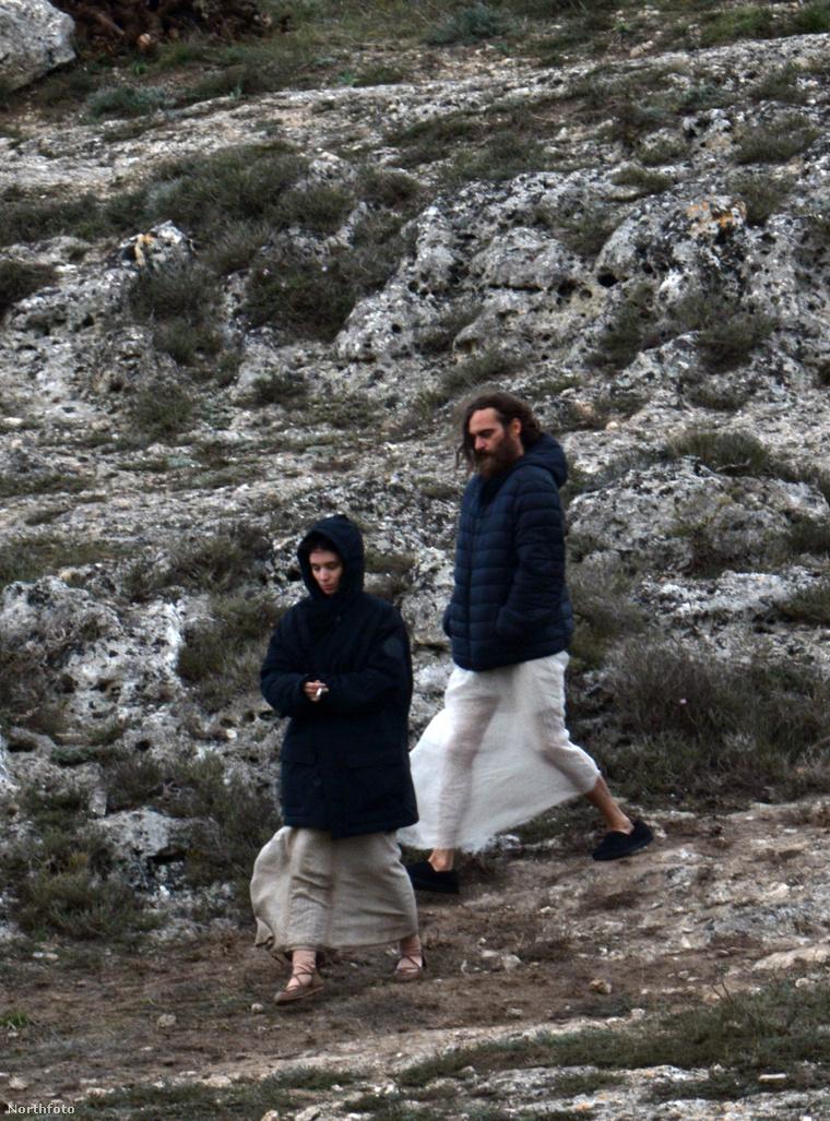 Jézus és Mária Magdolna cigizgetnek. Pontosabban Mara és Phoenix.