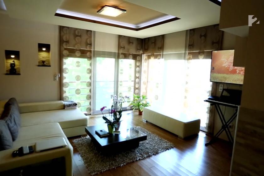 A tágas lakás nappalijában elég sokan elférnek kényelmesen.