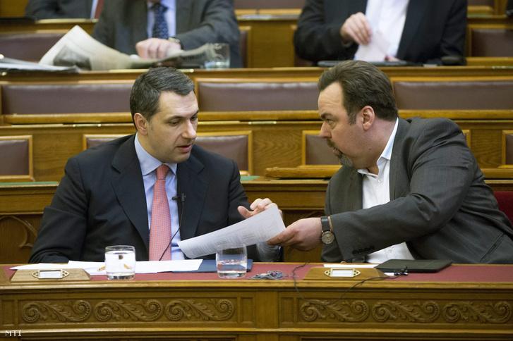 Lázár János a Miniszterelnökséget vezető miniszter (b) és L. Simon László a Miniszterelnökség parlamenti államtitkára az Országgyűlés plenáris ülésén 2015. március 23-án.