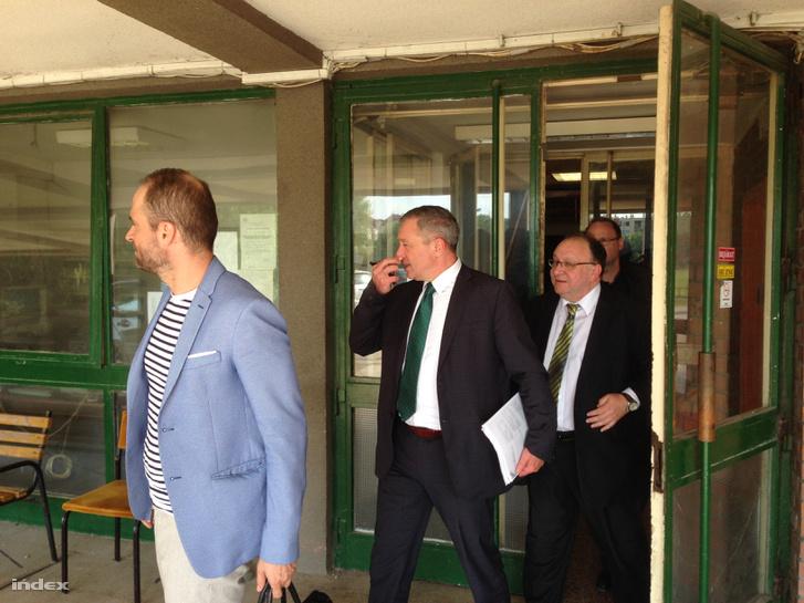 Vörös József távozóban, középen, mögötte Rostás Gábor a korábbi elnök.