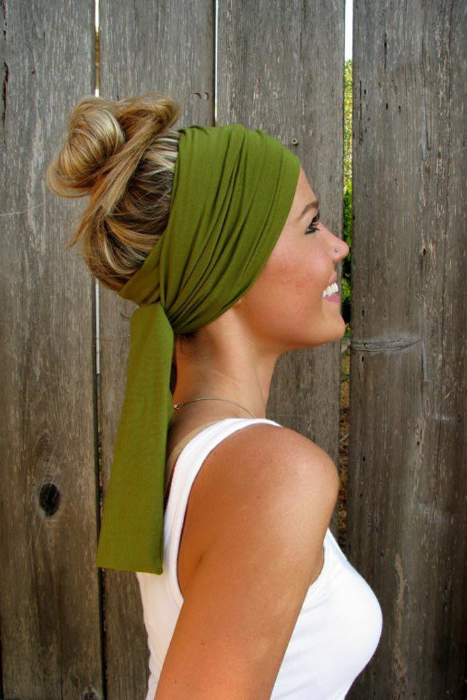 Egy bájos színes kendő nagyon kreatív, és nyáron különösen divatos megoldás. Hagyd lógva vagy kösd fel a hajad, köss rá egy kendőt fejpántként, és már kész is.