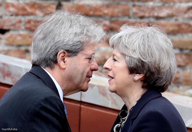 És bizony kedves is tud lenni a vezető politikusokkal: itt az olasz miniszterelnökkel, Paolo Gentilonival ápolják az országok közötti diplomáciai kapcsolatot