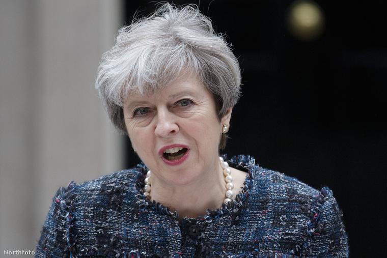 És tud teljesen komoly lenni, mint ezen a képen, amikor a Downing Street 10 előtt éppen sajtótájékoztatót tart