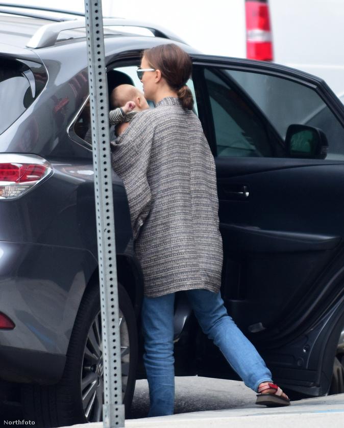 Sajnos Natalie Portmannek mennie kellett, így nincs több kép a kislányáról.