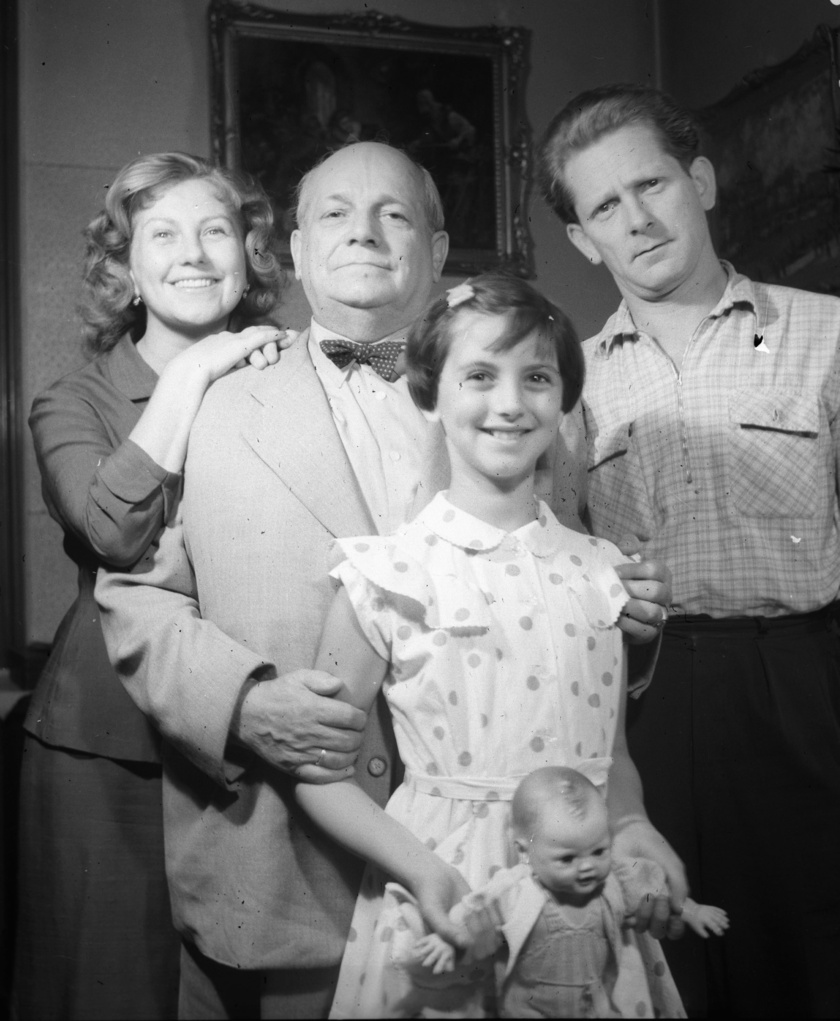 A Komlós család tagjai 1956-ban: Komlós Juci, Komlós Vilmos és Komlós András, elöl Komlós Juci lánya, Földessy Margit áll.