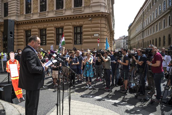 Kusper Zsolt a MOMSZ elnöke beszédet mond a Magyarországi Mentődolgozók Szövetsége (MOMSZ) valamint a Rendészeti és Közigazgatási Dolgozók Szakszervezetének mentő tagszervezete által rendezett tiltakozáson Budapesten az Országos Mentőszolgálat Markó utcai székháza előtt 2017. május 31-én.