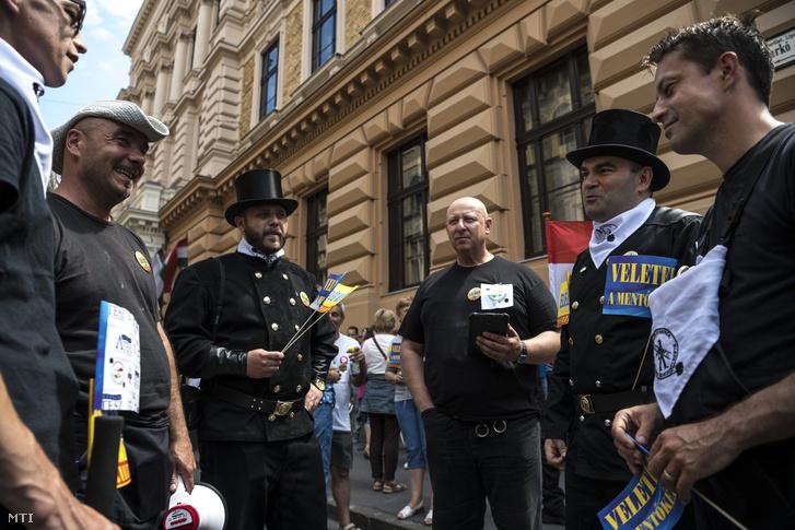 Kéményseprők a Magyarországi Mentődolgozók Szövetsége valamint a Rendészeti és Közigazgatási Dolgozók Szakszervezetének mentő tagszervezete által rendezett tiltakozáson