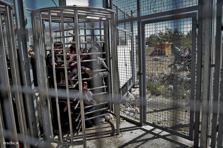 Menekültek a röszkei tranzitzónában.