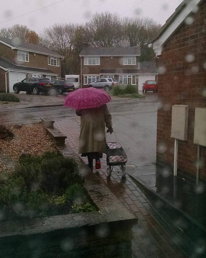 """Ehhez a melankolikus hangulatú fotóhoz - amelyen felesége a szemerkélő esőben távozik otthonról - pedig csak annyit írt:""""Nincsenek szavak.""""Ha ettől nem olvadt el a szíve, akkor semmitől!"""