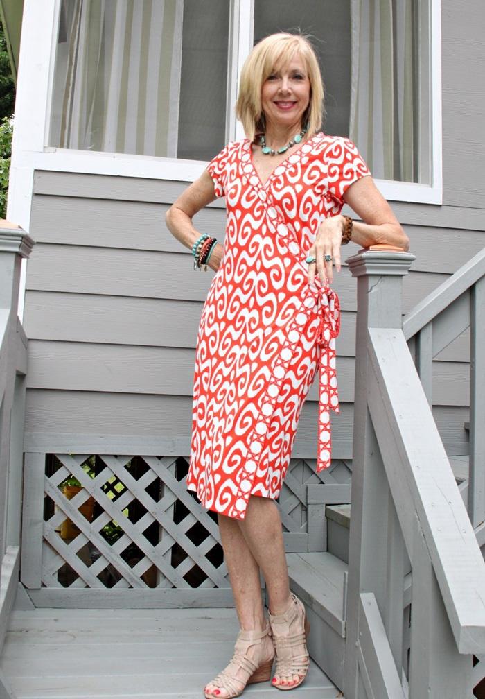 5dc0fd12b5 Az átlapolós ruha mindig formálja az alakot, és a színes változat fiatalos,  de mindenképpen