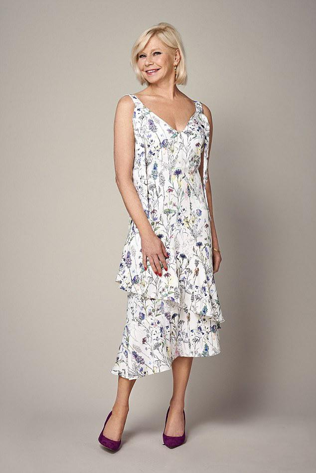 6e676a49c5 Bánj óvatosan a mintákkal, de a visszafogott virágos ruhákkal nem lőhetsz  mellé. Egy fehér