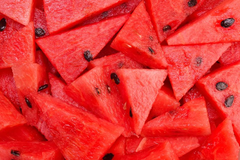 A görögdinnye mintegy 90%-a víz, míg a többi csupa rost, fruktóz és antioxidáns. A dinnye nemcsak serkenti a vizeletkiválasztást, de gyakorlatilag a sportitalok egészséges helyettesítője lehet.