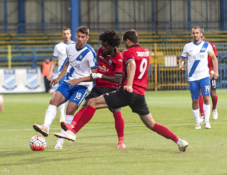 Bese Barnabás az MTK játékosa valamint Theo Weeks és Sergei Zenjov az azeri Gabala játékosai a labdarúgó Európa Liga selejtezőjének második fordulójában játszott MTK Budapest - Gabala mérkőzésen 2016. július 14-én.
