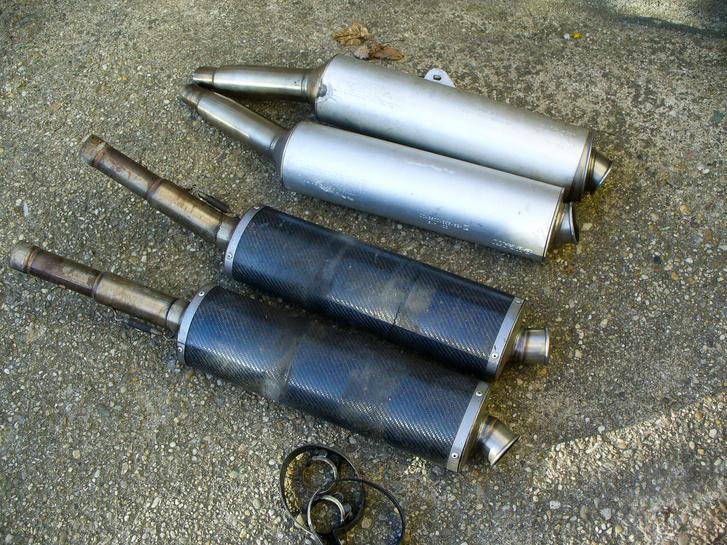 Egy pár karbon dob, egyik törött, egy pár eredeti Ducati-dob, egyik fül nélkül, másik szétszedve. A karbonokat visszakaptam a Sima-műhelyből újrapalástolva, az egyik gyári dob még azóta is várja a fülét
