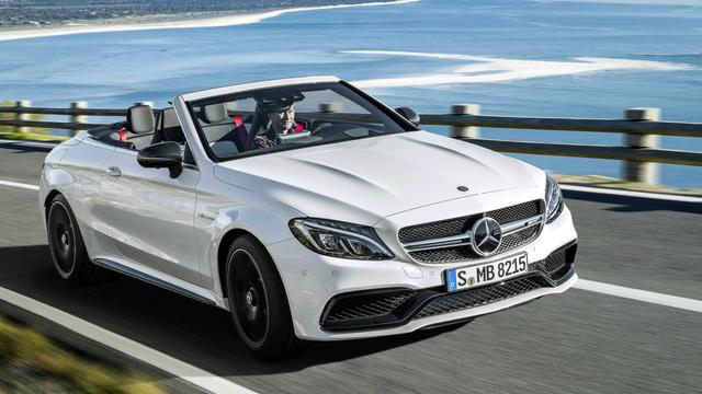 A képen egy, a balesetben részes Mercedes C 63 AMG Cabriolet-vel azonos típusú és színű autó látható