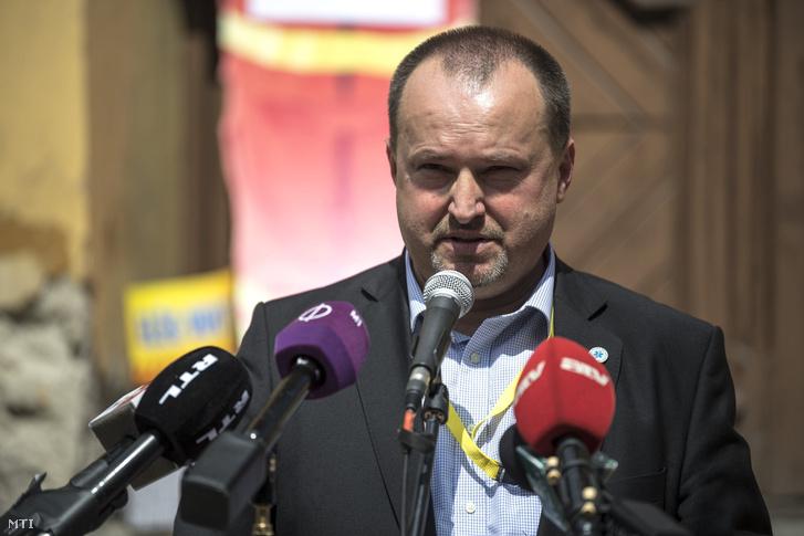 Kusper Zsolt a MOMSZ elnöke beszédet mond a Magyarországi Mentődolgozók Szövetsége (MOMSZ) valamint a Rendészeti és Közigazgatási Dolgozók Szakszervezetének mentő tagszervezete által rendezett tiltakozáson