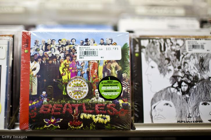 A Sgt. Pepper egy példánya, mellette a Revolver.