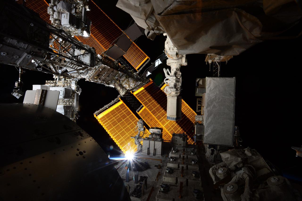 """Thomas Pesquet búcsúképe a Nemzetközi Űrállomásról. """"Egy utolsó pillantás az anyahajónkra indulásunk előtt. Meglehetősen technológiai, mégis gyönyörű, és naponta sok napkeltét és napnyugtát lát, mint ezen a képen is, ami a japán Kibo modulból készült. A Nemzetközi Űrállomás annyira különleges, távoli, már-már mágikus hely… Hiányozni fog."""""""