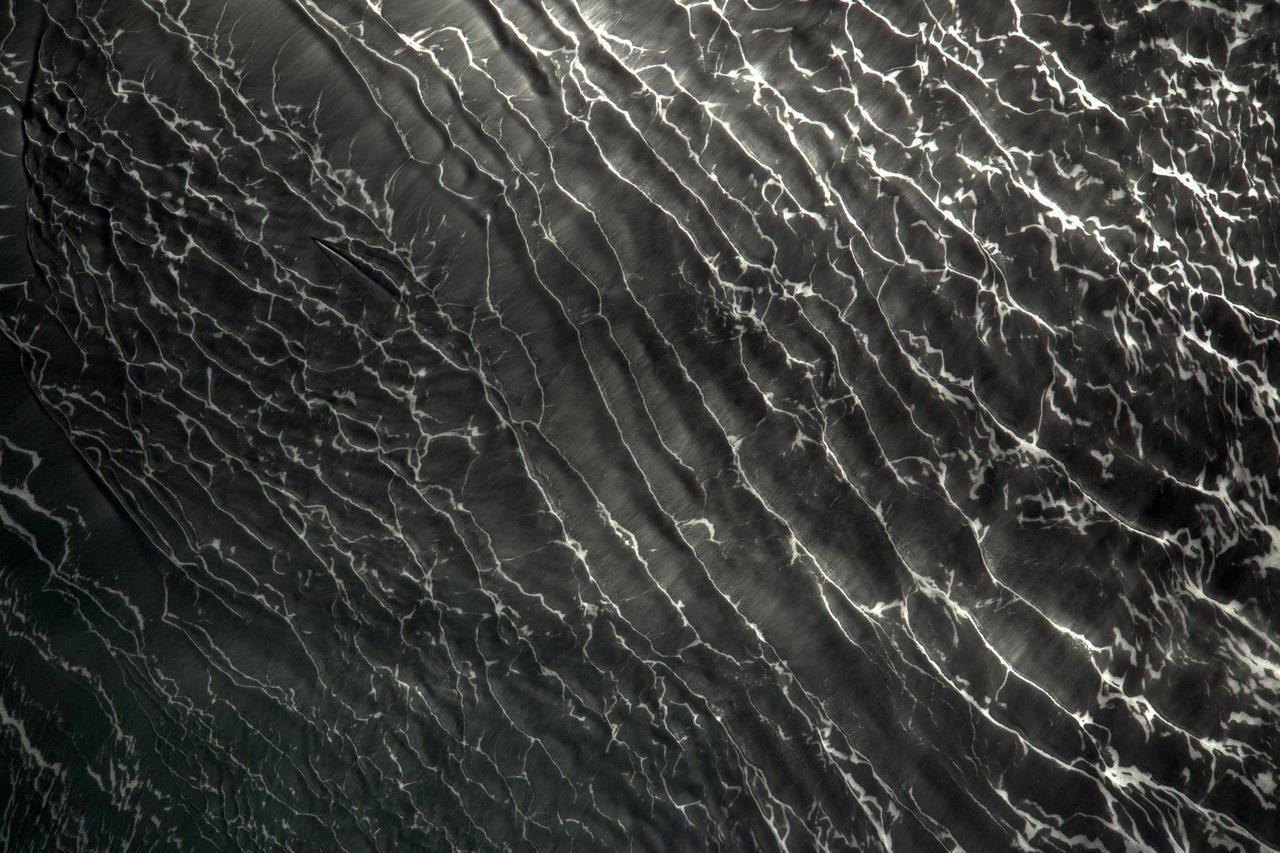 Egy hajó küzd a tenger haragos hullámaival (a hajó a kép bal fölső harmadában látható).